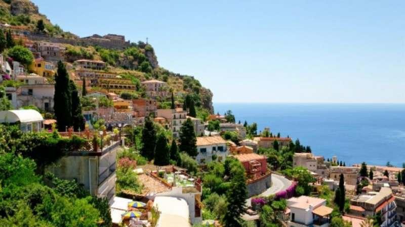 Ищу попутчицу на отдых в Сицилии. Бюджет поездки 80-100 тыс. Отдых у моря. Проживание в отеле...