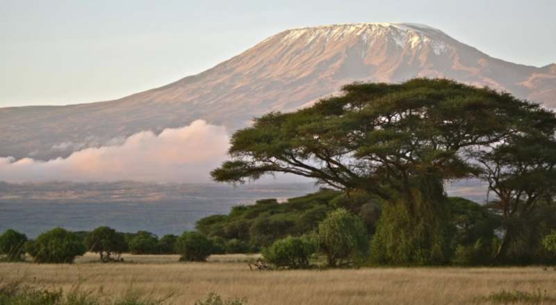 Посмотреть на снега Килиманджаро и взойти на потухший вулкан